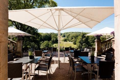 """""""Hier fühlt man sich groß und frei wie die große Natur, die man vor Augen hat..."""" (Goethe 1827) Restaurant-Terrasse am Pücklerschlag. Bild: Thomas Abé."""